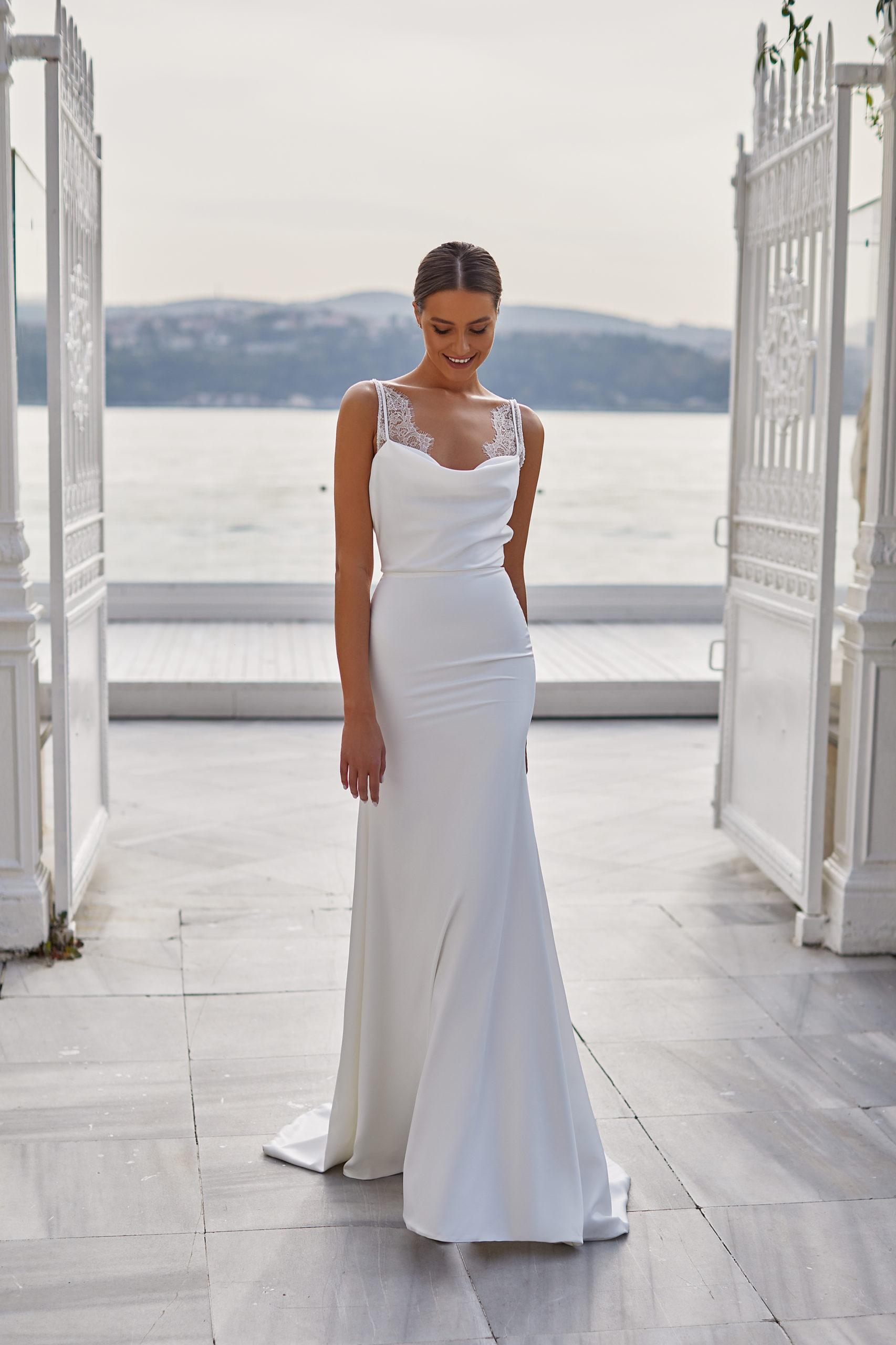 ivonne white and lace millanova mariage civil simple dentelle fluide longue traine