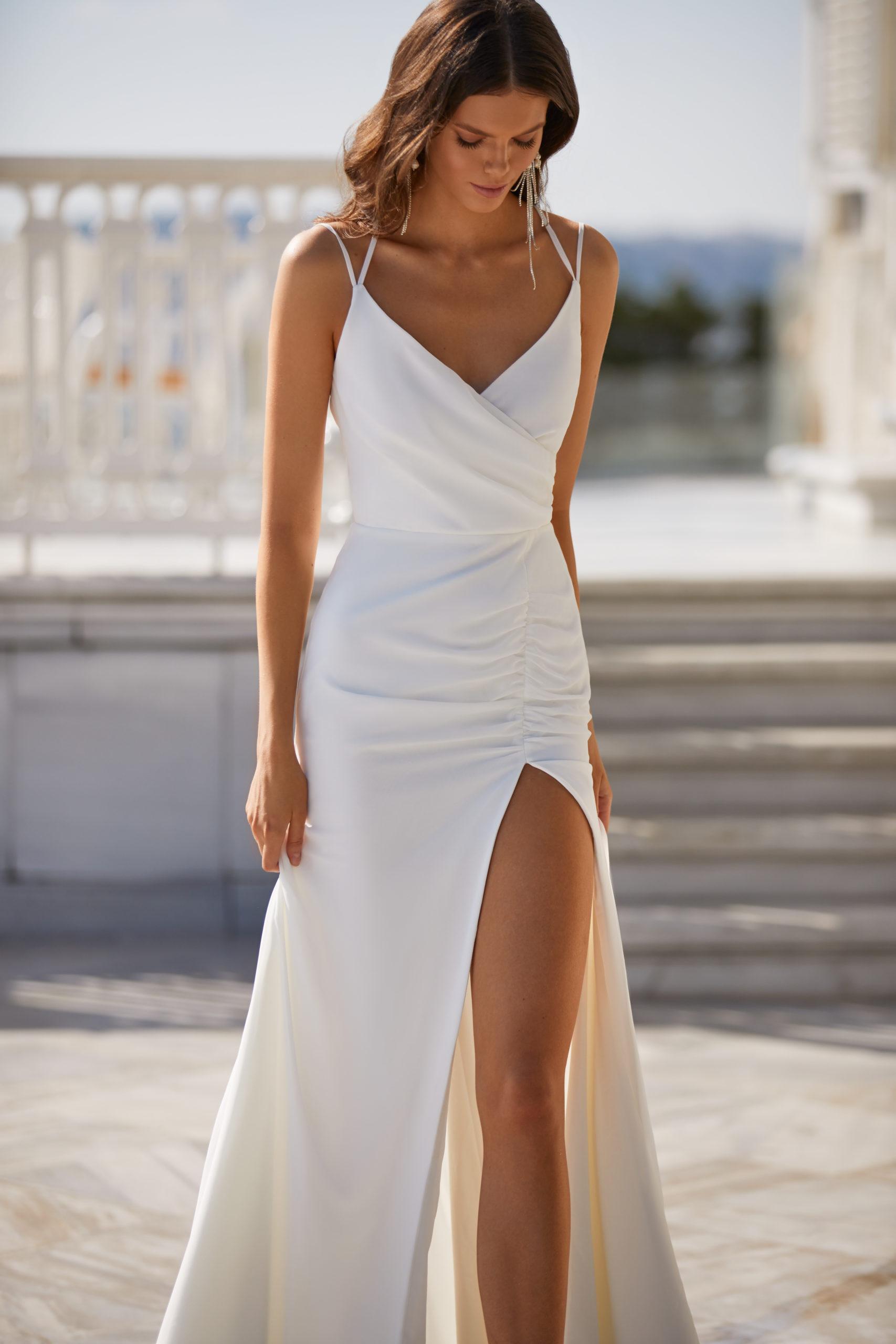 Sublimes robes de mariée à Genève civil fendue sexy satin bretelles sans manches drapée tendance moderne conseil pas cher petit budget tendance nouvelle collection