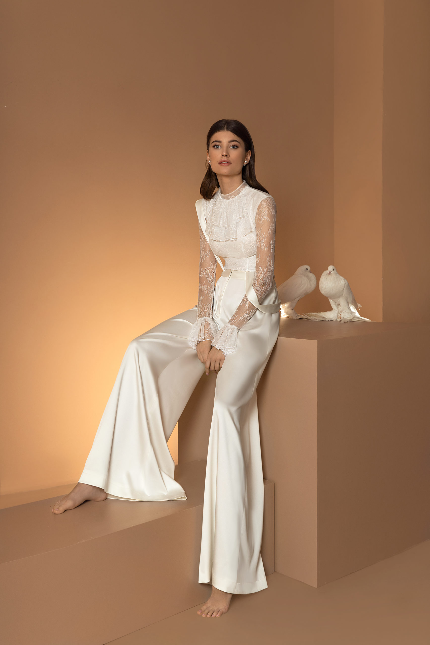 Robe de mariage ariamo combinaison pantalon body dentelle satin blanc civil