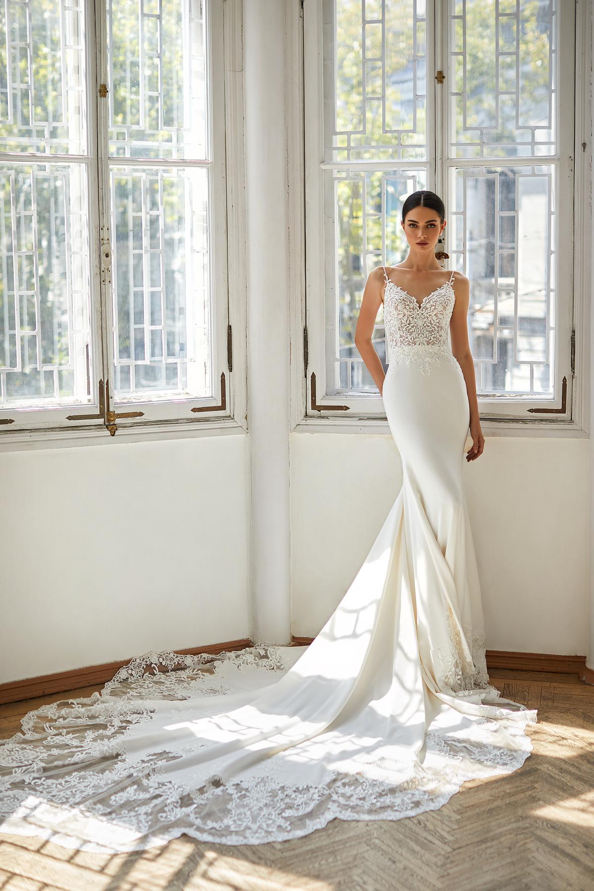 Les plus belles robes de mariée ivoire sirène sans manches bretelles classique élégante traine voile perles broderies dentelle blanc raffinée